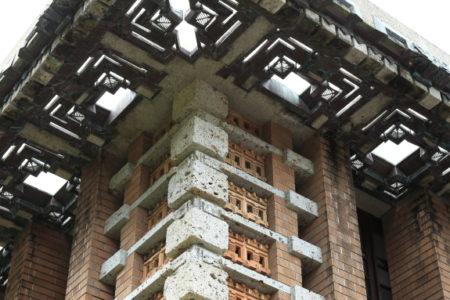 設計を志す者なら誰でも知っている、 フランク・ロイド・ライト設計の旧帝国ホテル(ライト館)の中央玄関。 鉄筋コンクリートおよび煉瓦コンクリート造、地上3階(中央棟5階)、地下1階、 総面積34,000㎡余、客室数270。 この建物は、大正12年(1923)4年間の大工事の後に完成した。 中央玄関分部の左右に鳥が翼を広げたように客室棟が配置されていた。 1917年(大正6年)にライトは来日し、1919年(大正8年)9月着工。 ライトは使用する石材から調度品に使う木材の選定に至るまで、徹底して 管理体制で進めたそうだ。 建物の内外に彫刻された大谷石、透しテラコッタによって装飾されている のですが、実際に目にするとその緻密さと美しさに、ただ感動と同時に 溜息が出てしまう。 それほど美しい。 「え、うそでしょ。」 そう呟いてしまう。 これだけ手を入れて造った建築物は、建築物と言うより芸術作品と言うべき。 設計の道を目指していなくても見るべき建物だと思う。 実際に私達が見る事の出来る この旧帝国ホテルの中央玄関部分は、 現在、愛知県の明治村で実物を見ることが出来る。